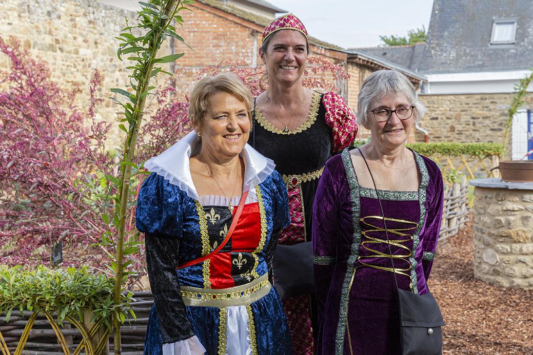 Madame la maire Elisabeth Guiheneux avec des élus de la région en costume moyenâgeux, dans les jardins de la mairie. La Guerche-de-Bretagne, samedi 4 septembre 2021.