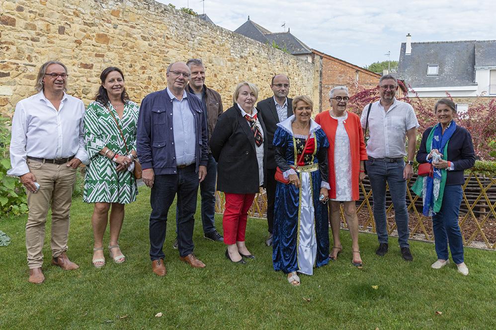 Madame la maire Elisabeth Guiheneux, en costume moyenâgeux avec des élus de la région dans les jardins de la mairie. La Guerche-de-Bretagne, samedi 4 septembre 2021.