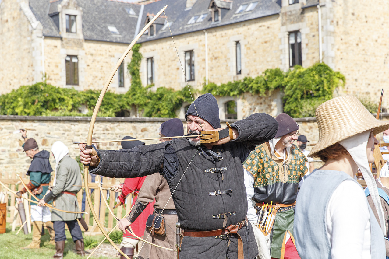 Animation médiévale avec un archer durant une démonstration pour la fête des 900 ans du marché de la Guerche-de-Bretagne. Samedi 4 septembre 2021.