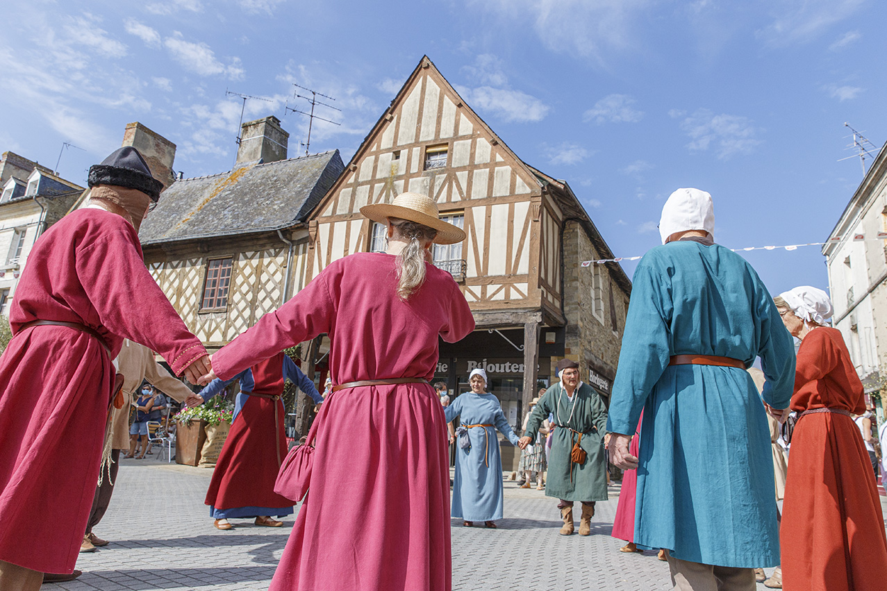 Danse et musiciens médiévaux durant la fête des 900 ans du marché de la Guerche-de-Bretagne. Samedi 4 septembre 2021.