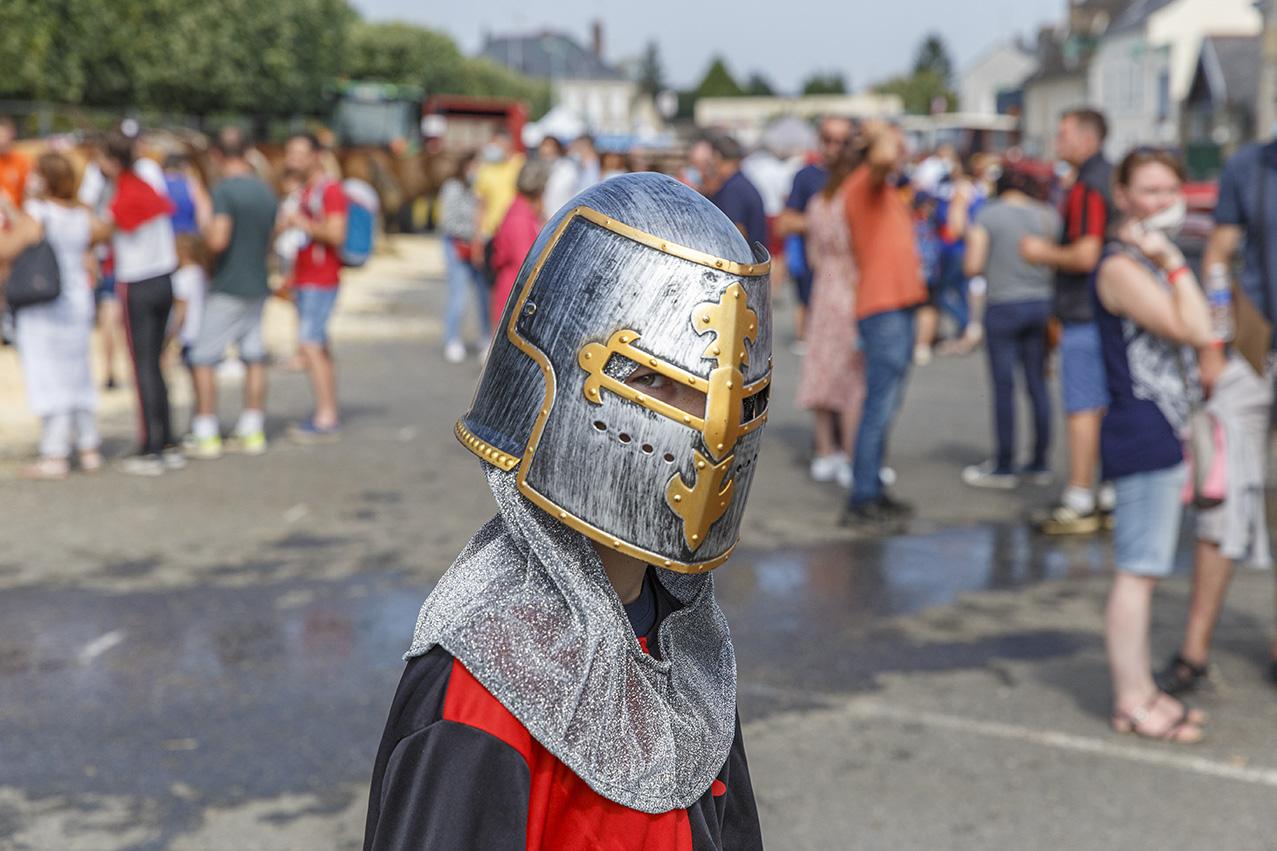 Petit garçon avec un casque médiéval en plastique durant la fête des 900 ans du marché de la Guerche-de-Bretagne. Samedi 4 septembre 2021.