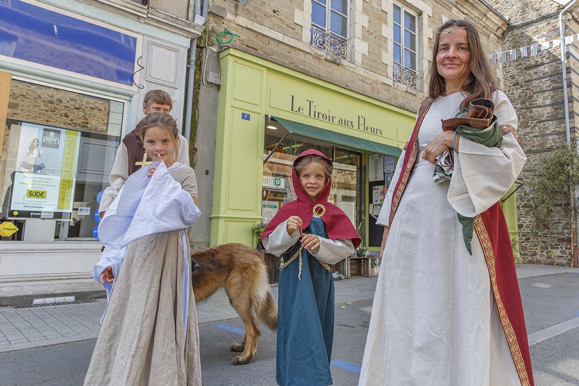 Habitants habillés en costume moyenâgeux durant la fête des 900 ans du marché de la Guerche-de-Bretagne. Samedi 4 septembre 2021.