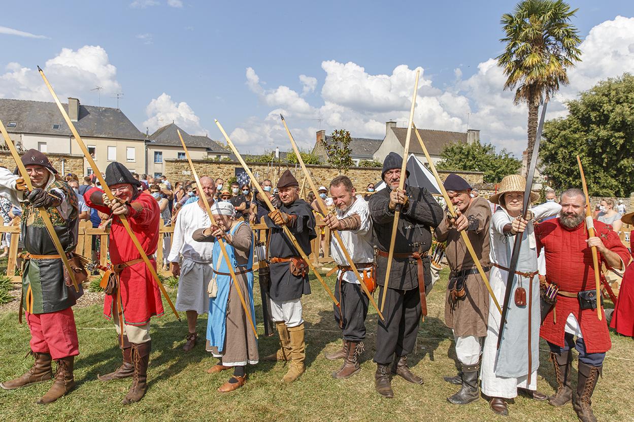 Archerie médiévale, plusieurs archers visant avec leurs arcs et leurs flèches la caméra, durant la fête des 900 ans du marché de la Guerche-de-Bretagne. Samedi 4 septembre 2021.