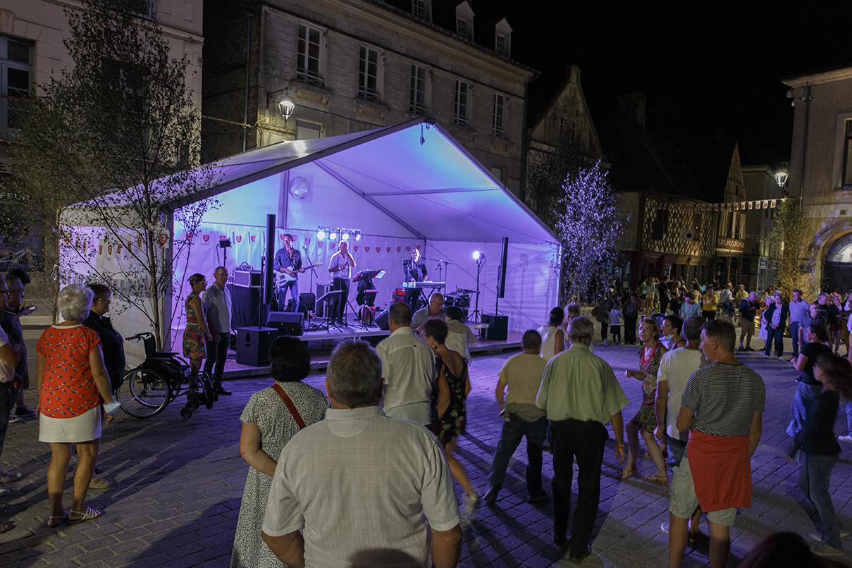 Bal populaire à la nuit tombée durant la fête des 900 ans du marché de la Guerche-de-Bretagne. Samedi 4 septembre 2021.