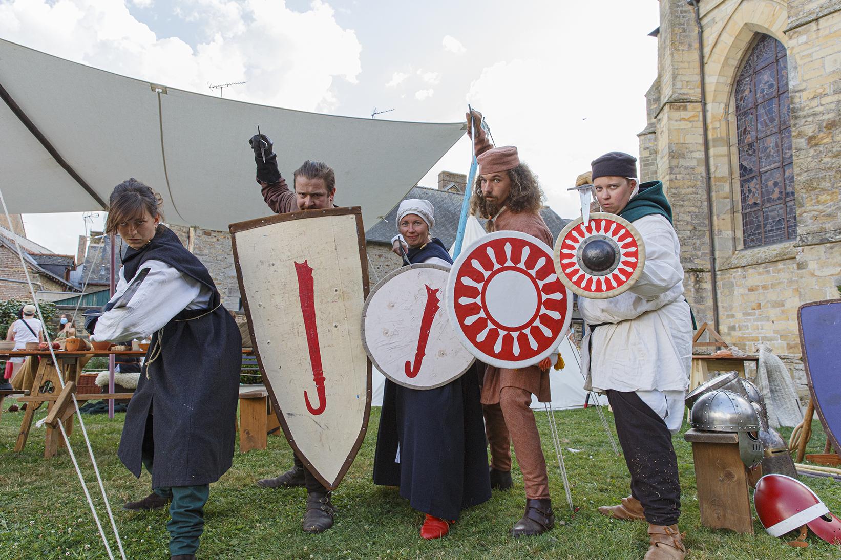 Reconstitution de scènes de combats avec des guerriers médiévaux durant la fête des 900 ans du marché de la Guerche-de-Bretagne. Samedi 4 septembre 2021.